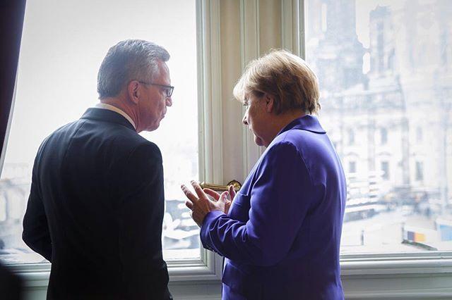 WEBSTA @ bundeskanzlerin - Am Rande der Feierlichkeiten in Dresden: im Gespräch mit Innenminister Thomas de Maiziere.
