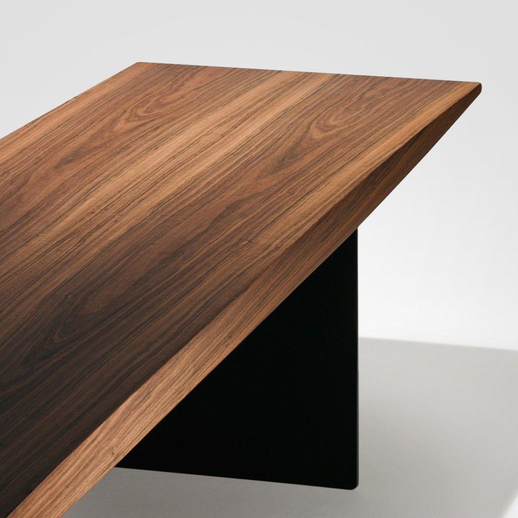 Esta criação da designer Jacqueline Terpins tem forma simples, uma elipse fina que ressalta a suspensão do assento, apoiado sobre duas placas delgadas que, vistas de frente, praticamente desaparecem fazendo com que o banco pareça flutuar.