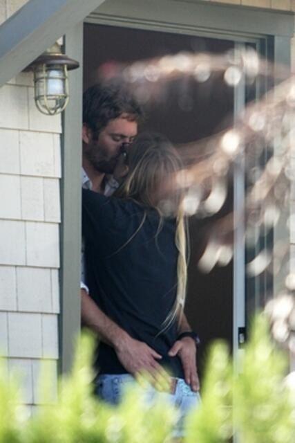 Jasmine and Paul kissing