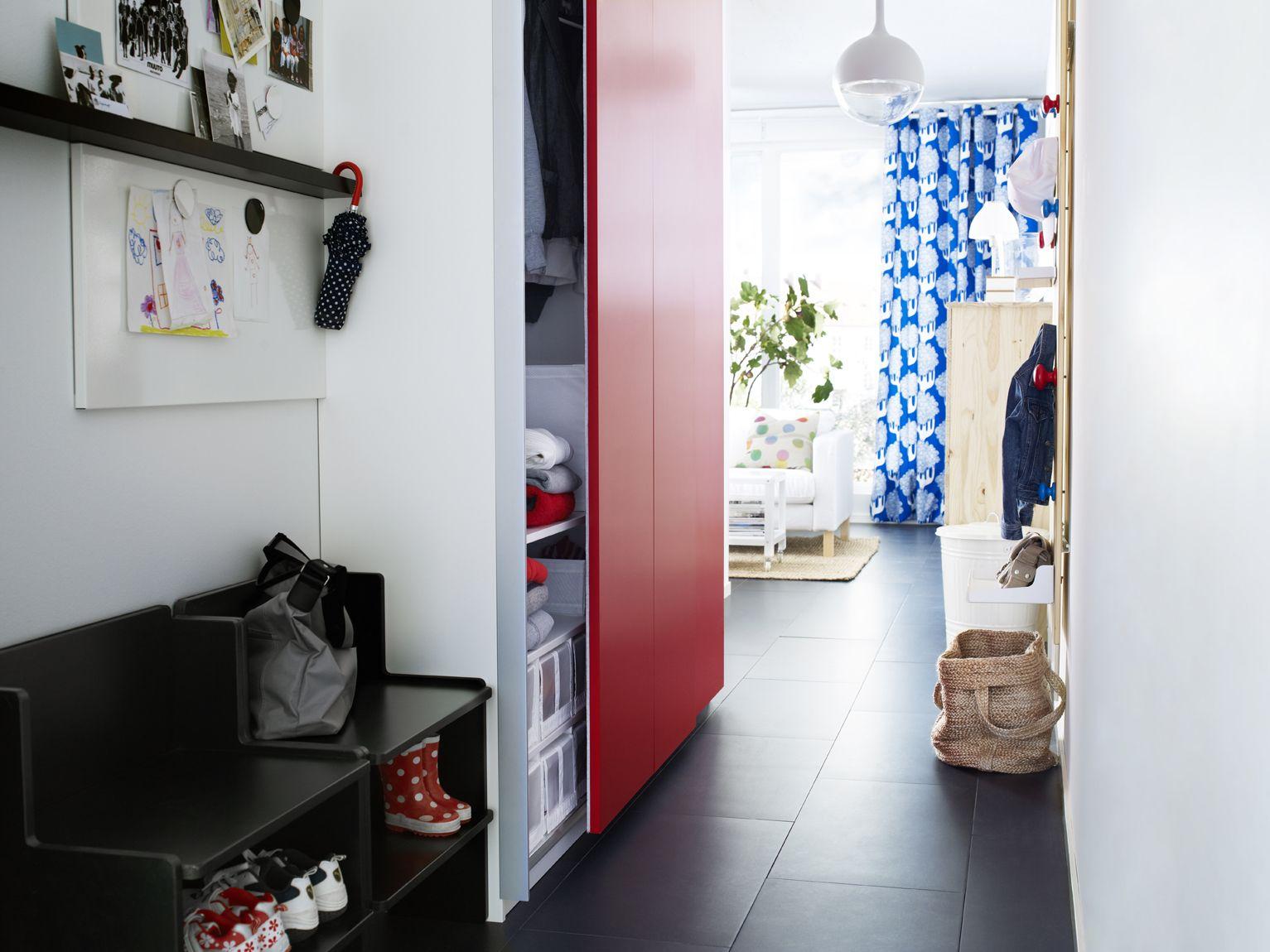 IKEA Österreich, Inspiration, Schlafzimmer, Schiebetür PAX HASVIK,  Deckenfluter VÄSTER, Sofa KARLSTAD