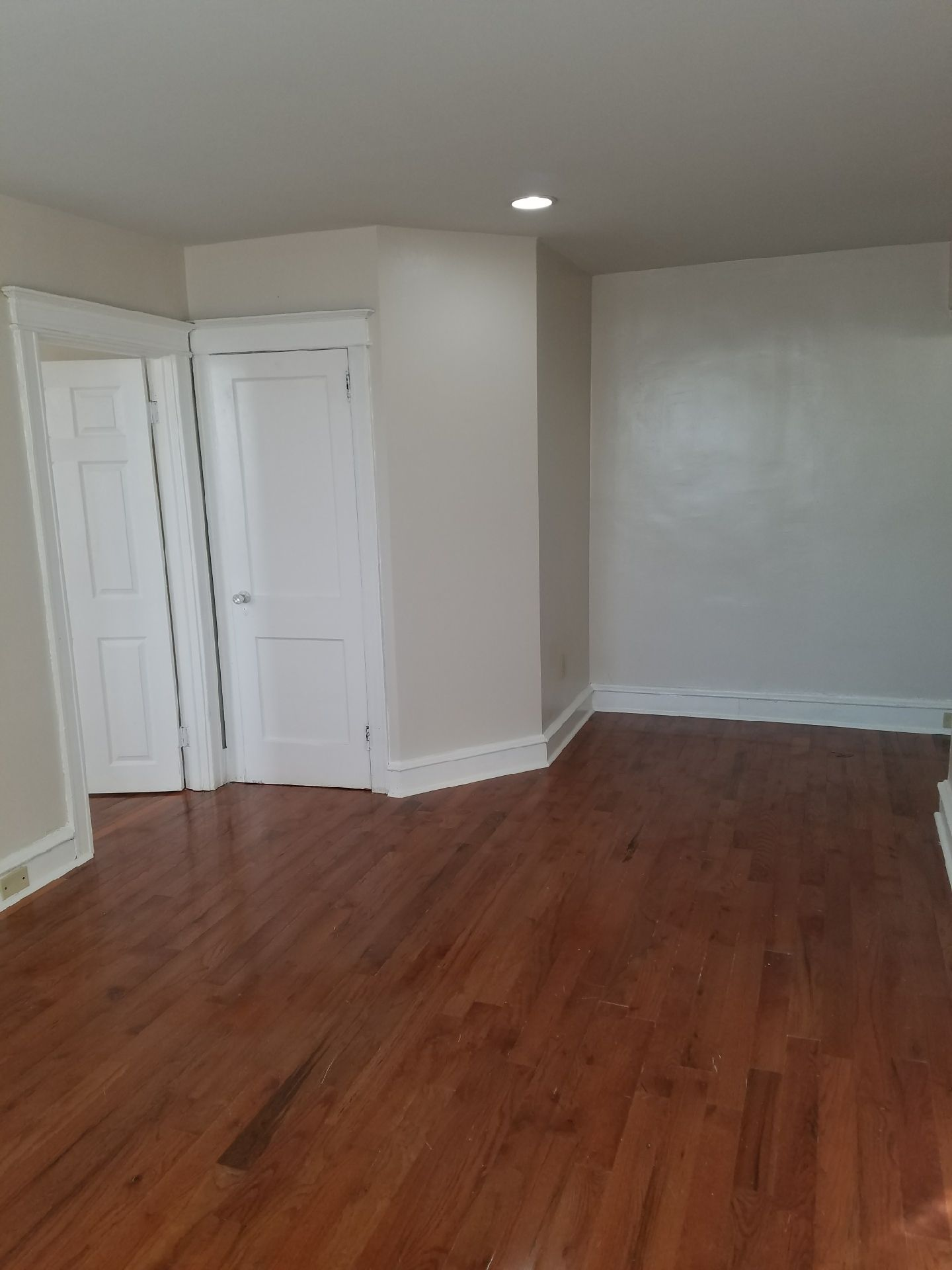 Fresh Paint New Hardwood Floors And New Kitchen In This 1 Bedroom Apartment Philly Philadelphia Rentals Pro Flooring 1 Bedroom Apartment Hardwood Floors