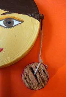 la bambina-tamburello: un vero e proprio strumento musicale per bambini costruito con materiale di riciclo
