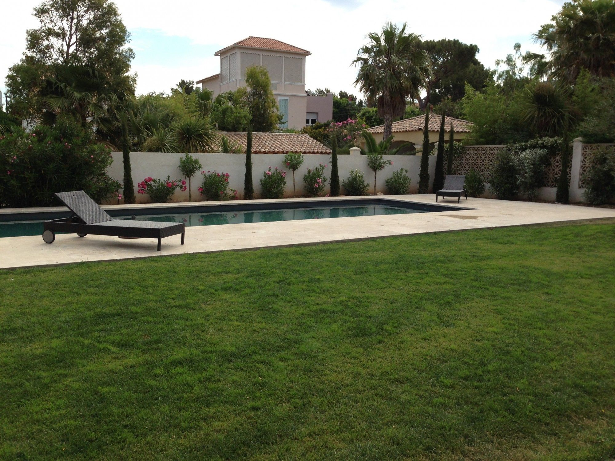 gazon en plaque autour d 39 une piscine vert tige marseille nicolas roubaud jardin pinterest. Black Bedroom Furniture Sets. Home Design Ideas