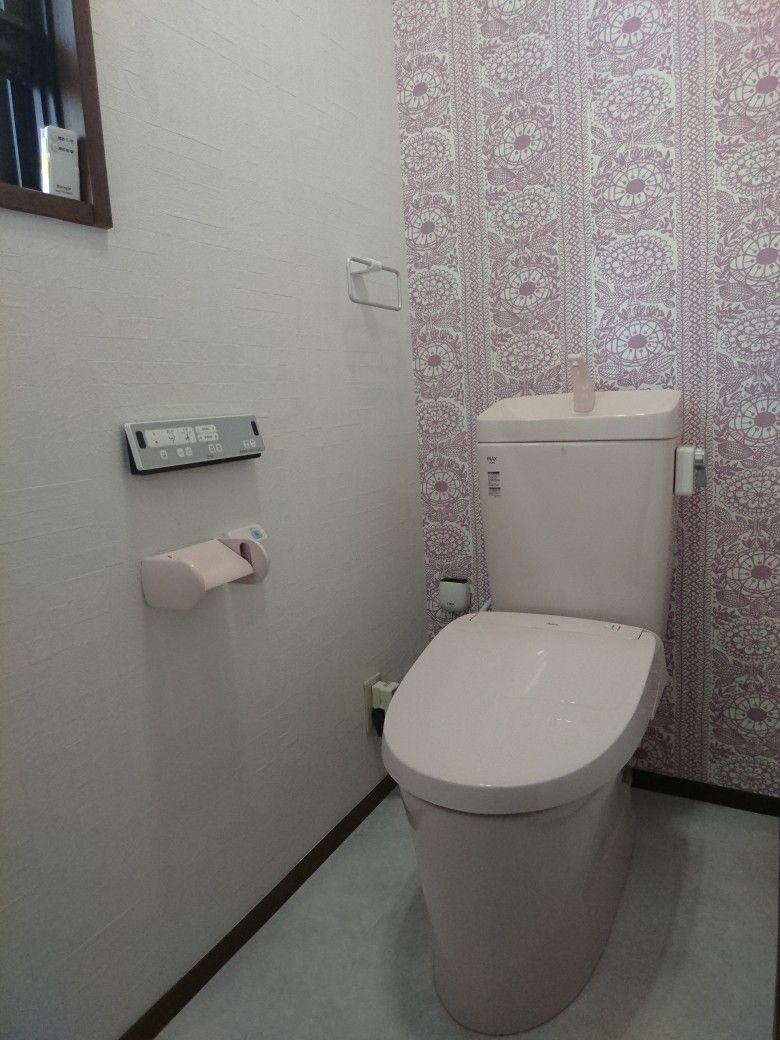 トイレのリフォームしました 先にピンクの便器を注文していたので後の壁紙選びで迷いに迷った結果アクセントクロスをサンゲツre 7942 メインクロスre 7309 にしました 仕上がりまでは不安でしたが とても可愛くステキに出来上がりました トイレ 便器 サンゲツ