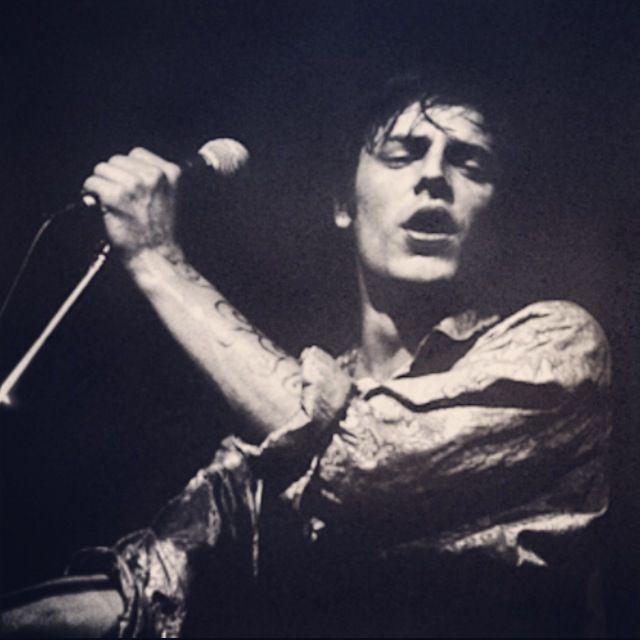 """""""Quand une personne joue de la guitare et chante pour gagner sa vie, ce n'est pas une job, c'est une voie. C'est de regarder autour de toi et de faire de la poésie avec ce que tu vois. Et à un moment, le but n'est pas juste d'exister aux yeux des autres, c'est d'évoluer là-dedans. C'est une quête. Donc depuis des années, je fais une quête. Je veux aller plus loin.""""   Jean Leloup"""
