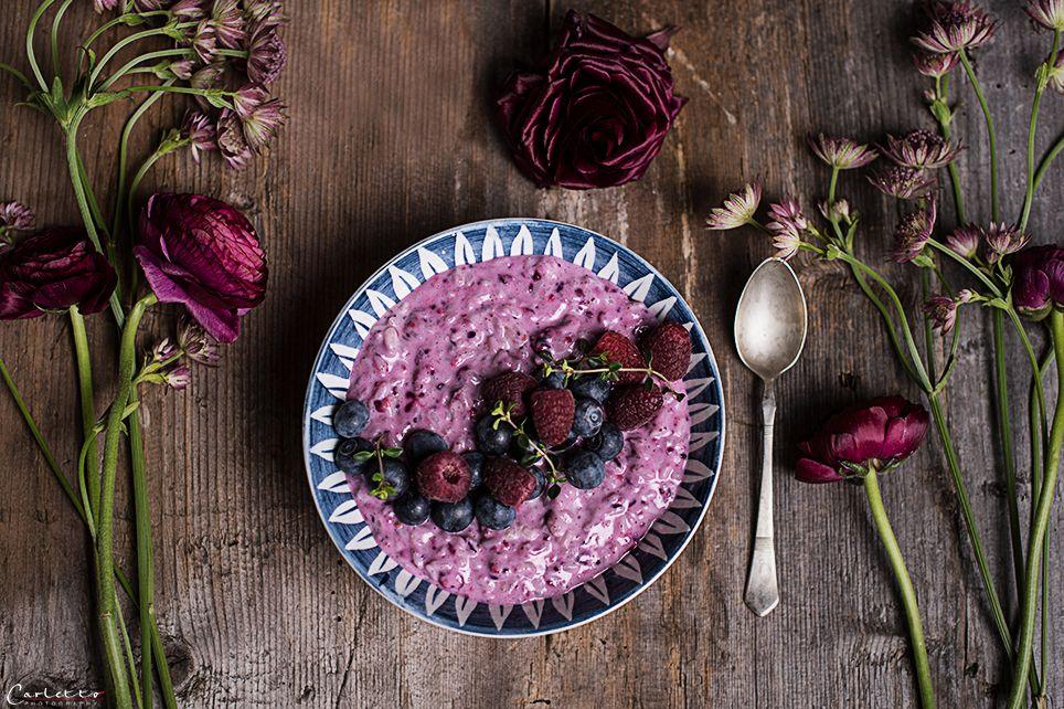 Ein tolles Frühstücksrezept für Reis Acai Bowl mit Beeren. Die Reis Acai Bowl mit Beeren ist ein schönes Frühstück oder ein feiner Snack.