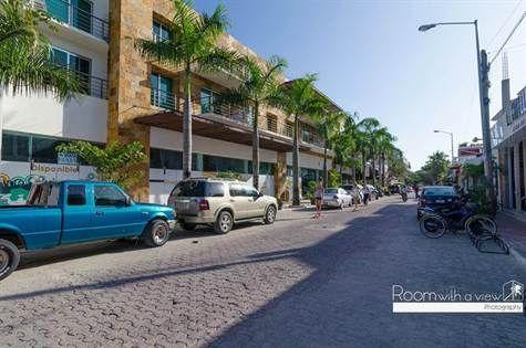 Se vende local comercial sobre la 5a Avenida en Playa del Carmen! 96m2, terraza muy amplia, amueblado $600,000 USD