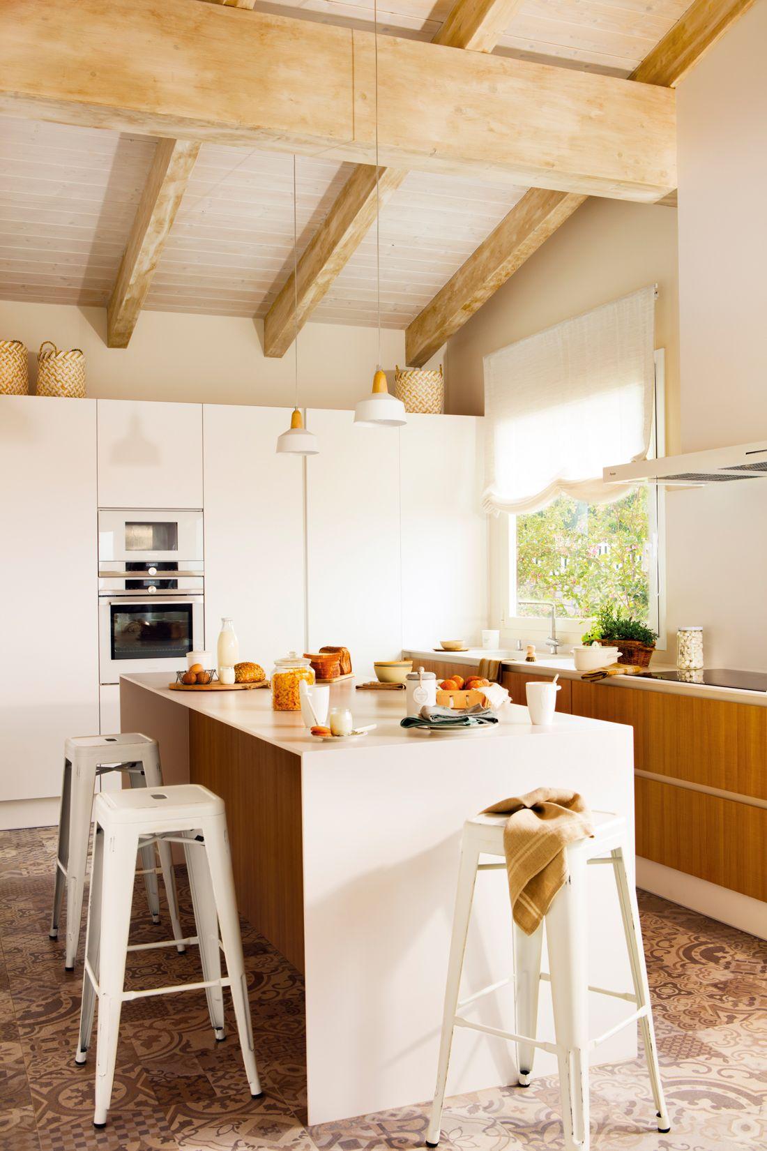 00449815. Cocina con isla en blanco y madera, taburetes metálicos y ...