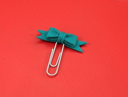 Decoración de clips con moños de fieltro