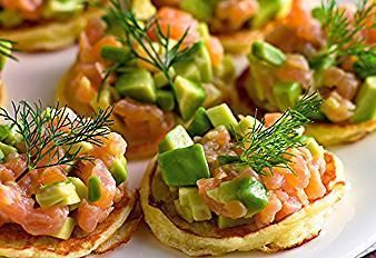 Mini Blinis mit Lachs und Avocado Salsa #avocado #avocado aufstrich #avocado d …