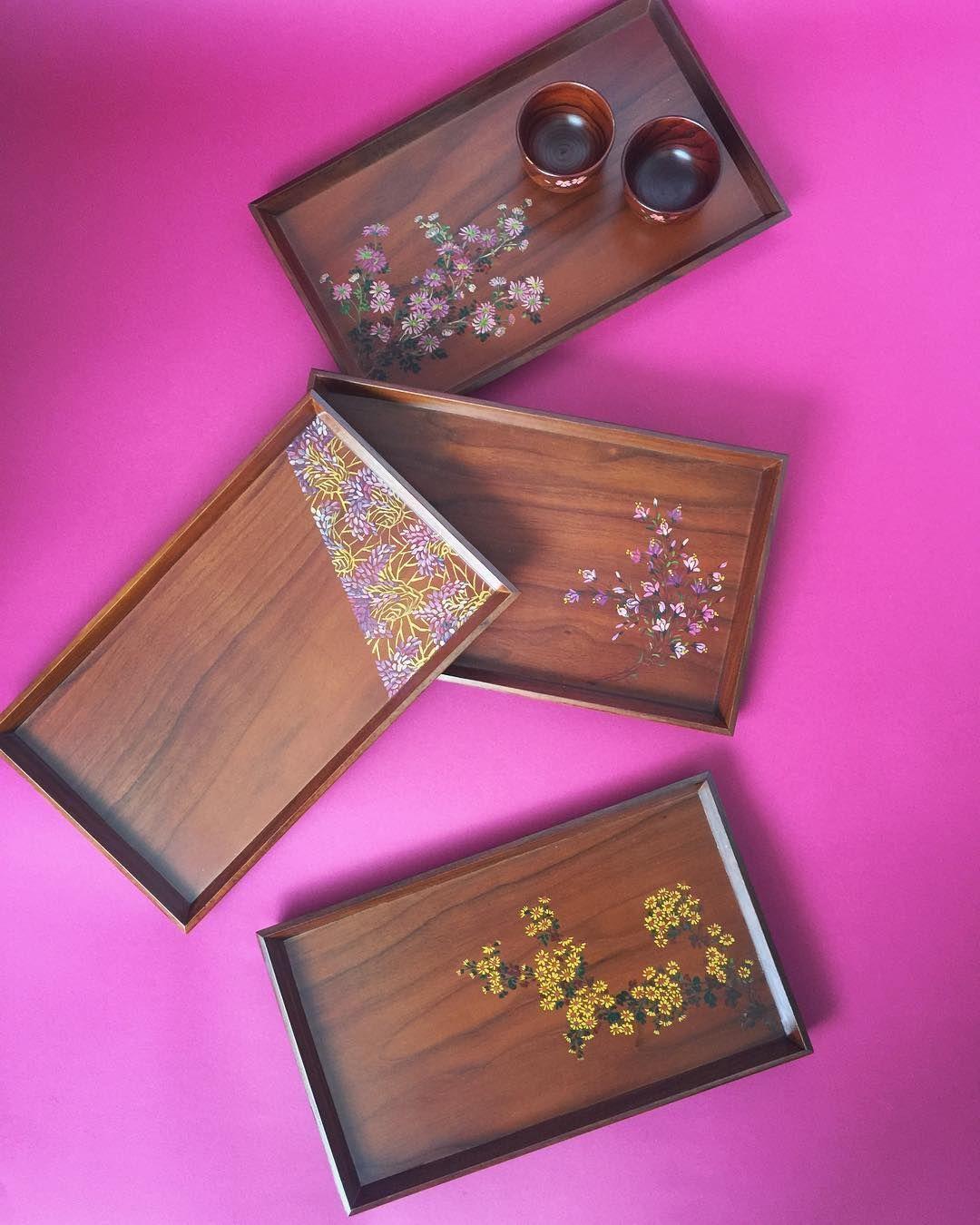 봄향기 물씬나는 아리지안 호두나무 트레이🍬 #arijian #wooden #tray #plate #woodenart #handmade #oneofakind #flowerpattern #design #walnut #tree #artsy #artlover #onthetable #diningtabledecor #handcrafted #gift #아리지안 #옻칠 #칠화 #나무트레이 #트레이 #쟁반 #공예 #봄 #테이블웨어 #온더테이블 #작품