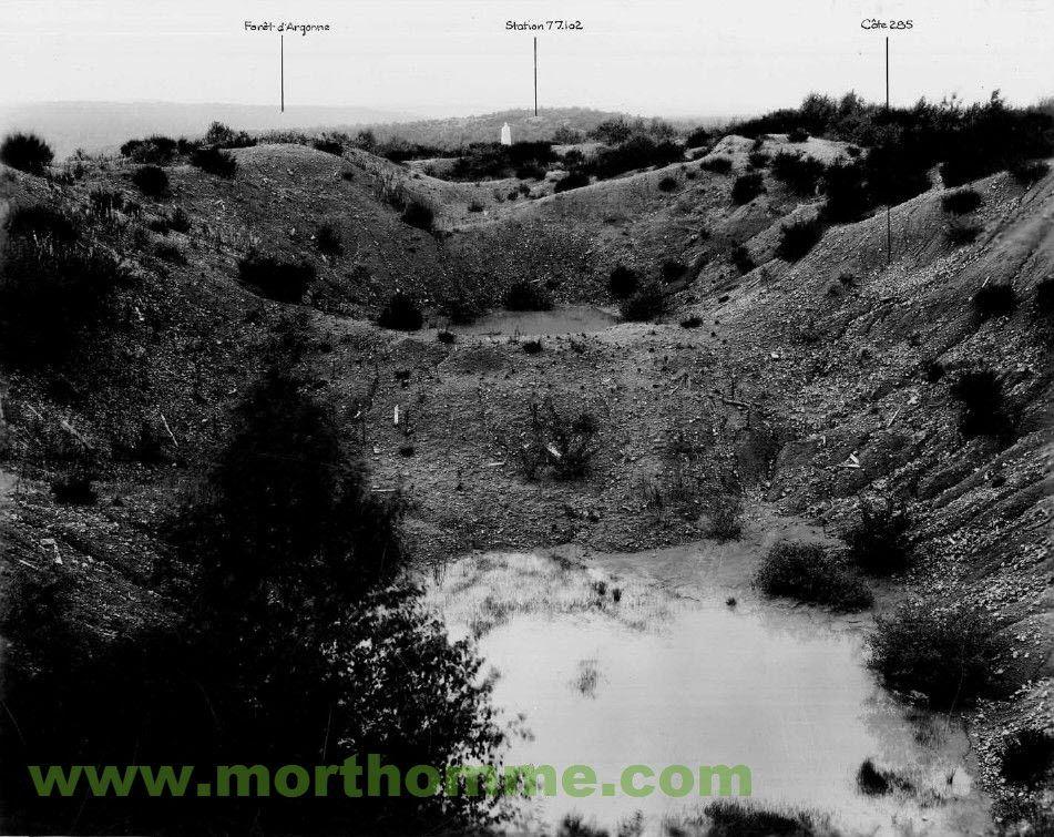 Blick von der ehemaligen Kuppe der Höhe 285 Richtung Westen auf die Rückseite des Ossuaires, im Hintergrund la Fille Morte, aus: The American Battle Monuments Commission, Terrain Photographs, 77th Division, Forêt d´Argonne Sector, September 19 - 25, 1918 la Fille Morte während des Krieges 14-18 - M o r t H o m m e