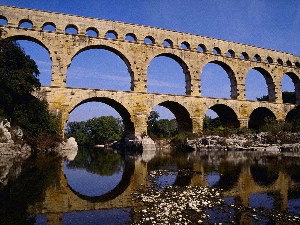 roman architecture using the arcs and the water to create a beautiful scene - Roman Architecture