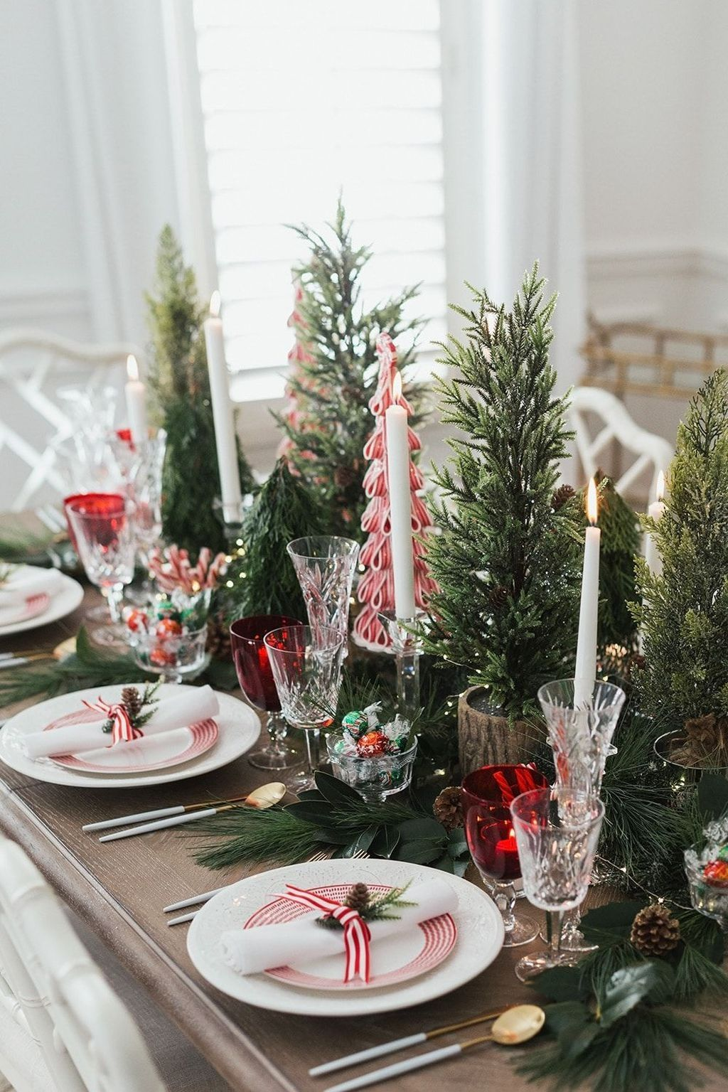 30 Fabulous Christmas Decor Ideas To Elevate Your Dining Table Christmas Decorations Cheap Christmas Table Decorations Christmas Table Settings