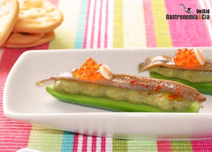 Mini pepinos con aguacate y anchoa