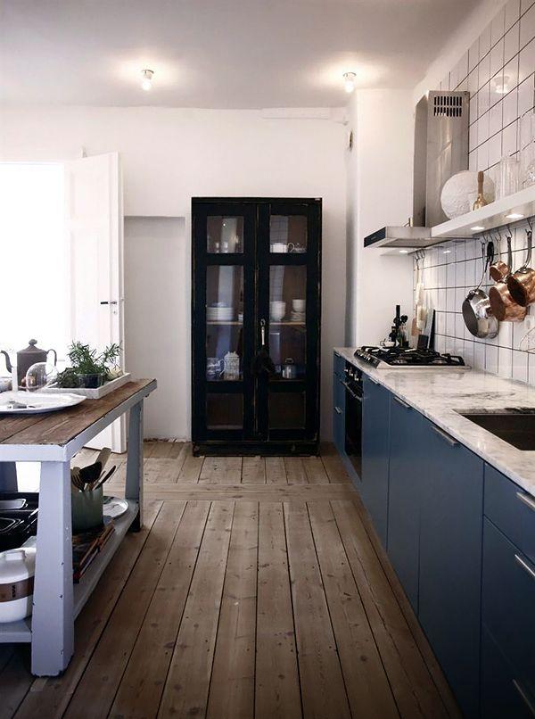 Tässä keittiössä on väripaino lattiassa ja alhaalla ja tila kevenee ylöspäin tultaessa.