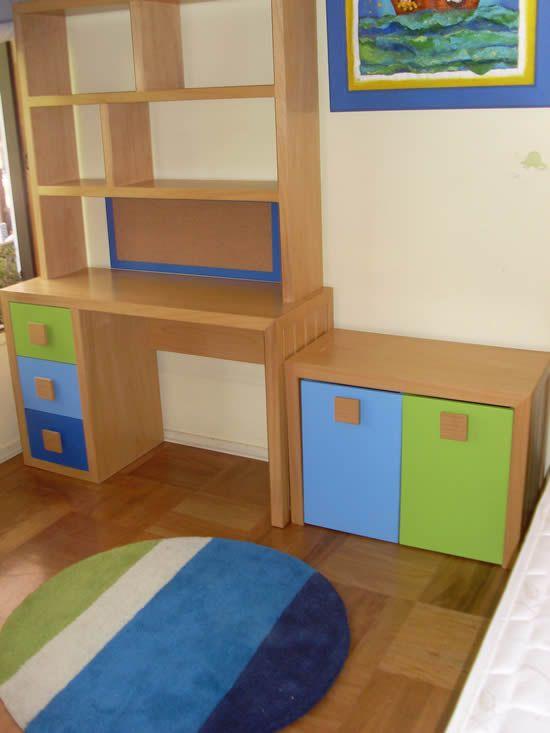 Escritorio de madera con cajones verde azul y celeste - Ikea tiradores infantiles ...