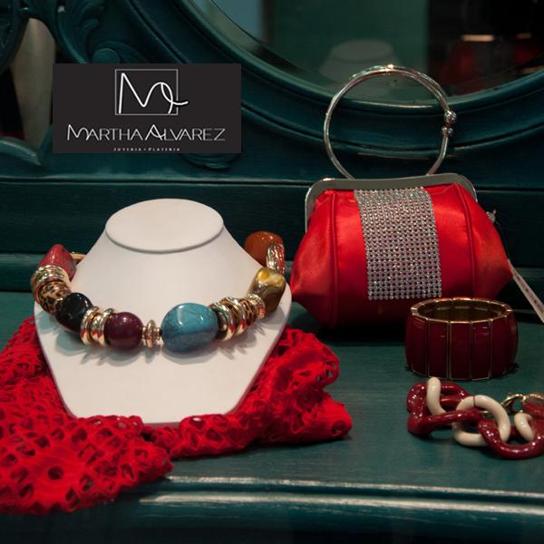 Collar de colores elaborado con piedras y eslabones dorados, especial para cualquier ocasión. Lo encuentras en Martha Álvarez. http://www.elretirobogota.com/esp/?dt_portfolio=martha-alvarez-joyeria