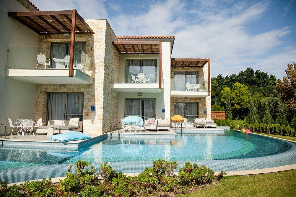 Rodoksella, Kolymbian rannan äärellä sijaitsee Blue Village Family Life Aegean Park by Atlantica, jossa keskipisteenä ovat perheet, kuntoilu ja ympäristö.