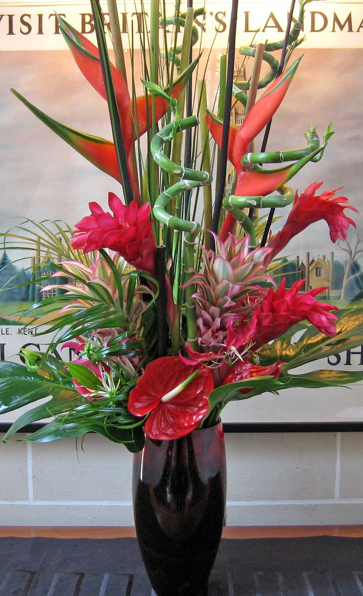 51vr Red Anthurium Red Ginger Lilly Red Heleconia Bamboo Curly Bamboo Mixed Foliage In Black Vase Arranjos De Flores Flores Arranjos
