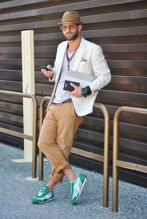 Mantén tu atuendo relajado con un blazer de lino blanco y un pantalón chino marrón claro. Deportivas verdes son una opción perfecta para complementar tu atuendo.