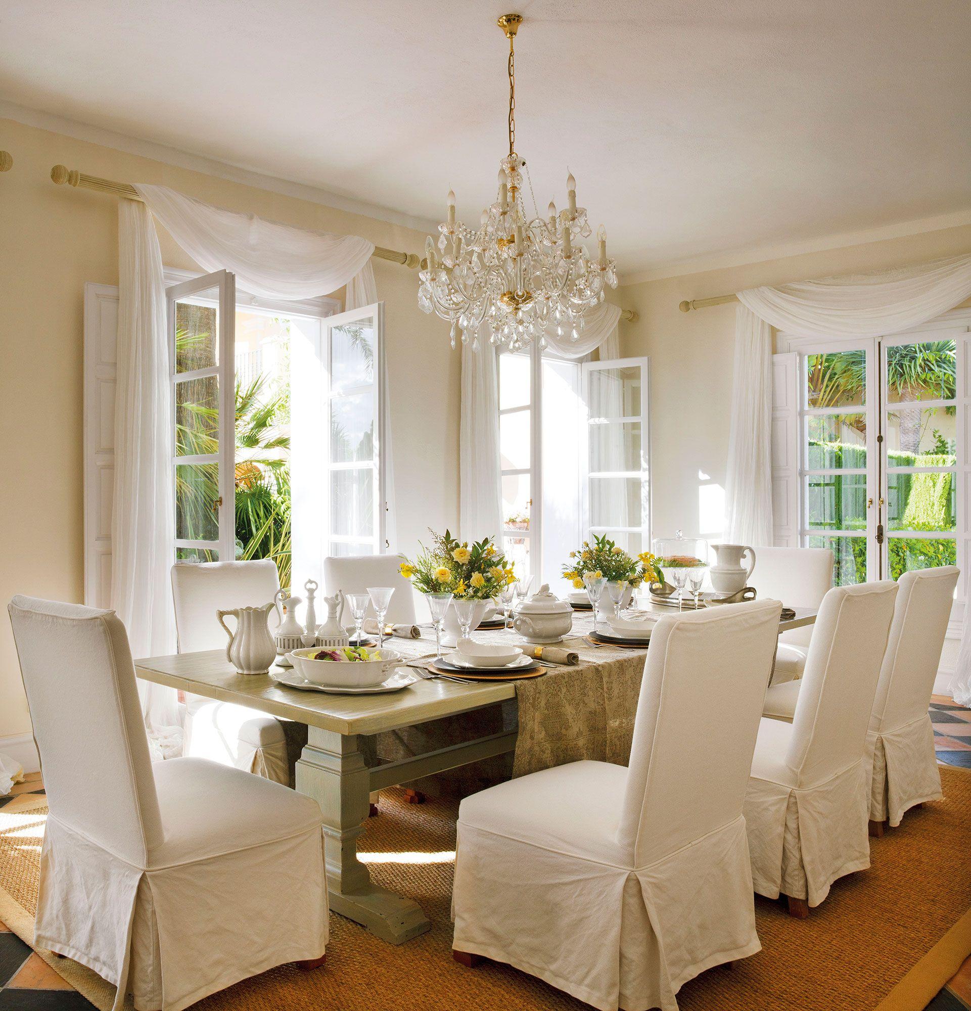 Comedor cl sico con gran mesa de madera y sillas con for Decoracion comedor clasico