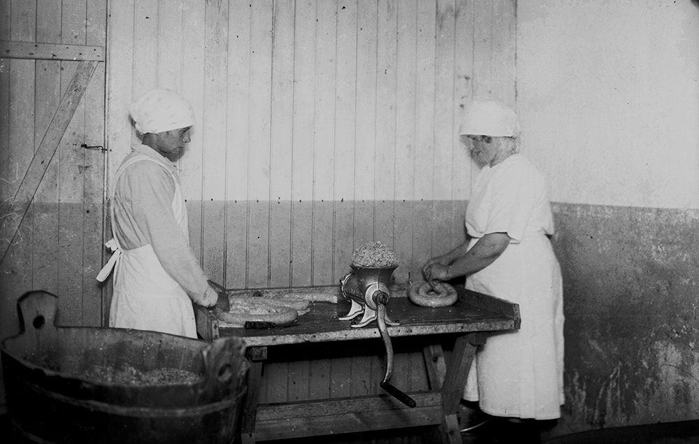 Makkarantekoa Raunistulan Lonttisissa 1930.  Kuvaaja: H. Attila Turun museokeskuksen valokuva-arkisto VA9810:5925