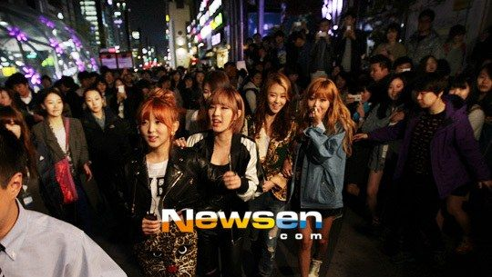 A huge crowd swarms 4minute during their 'Guerilla Date'