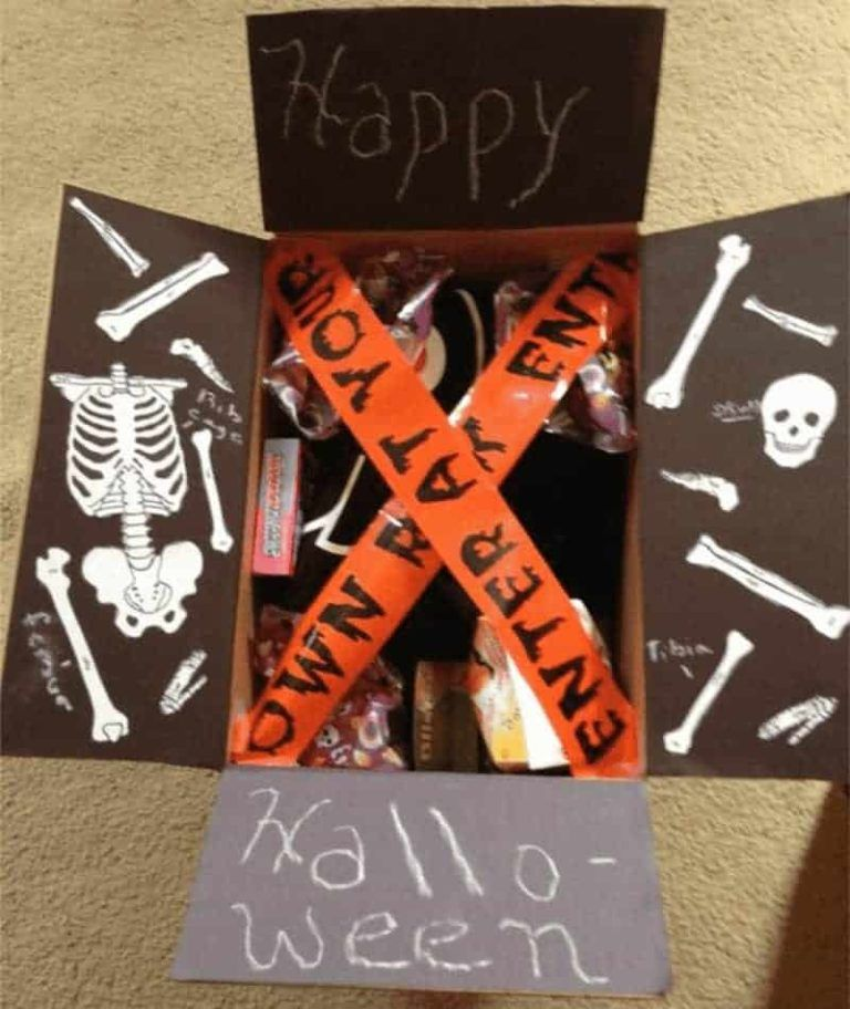 33 Amazing Halloween Care Package Ideas for College Students #spookybasketideas