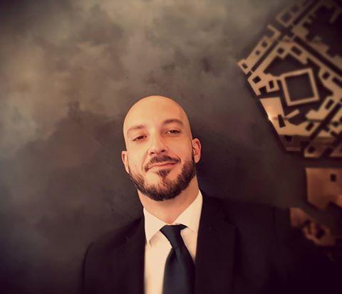 L'uomo solo alla reception rimasto senza le sue colleghe. L'espressione di un abbandono.   #milanoscala #dimitrisalone #milano #hotel