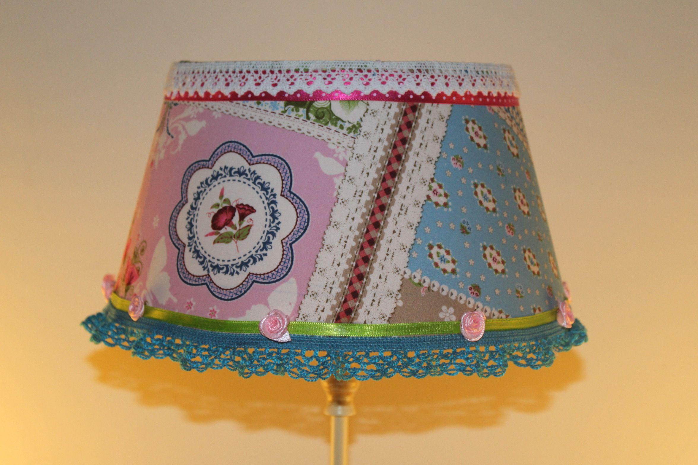 Lampenkapje gepimped met stof, lint, kant en roosjes