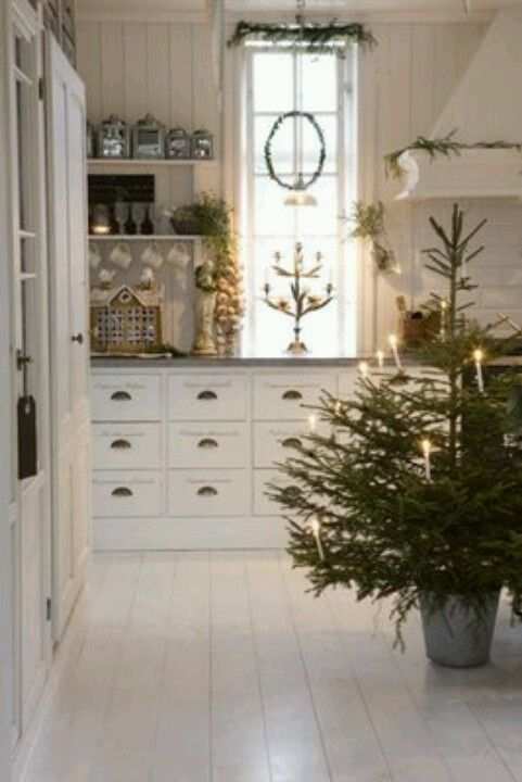 White Christmas decor-love this kitchen and small tree! Jóla