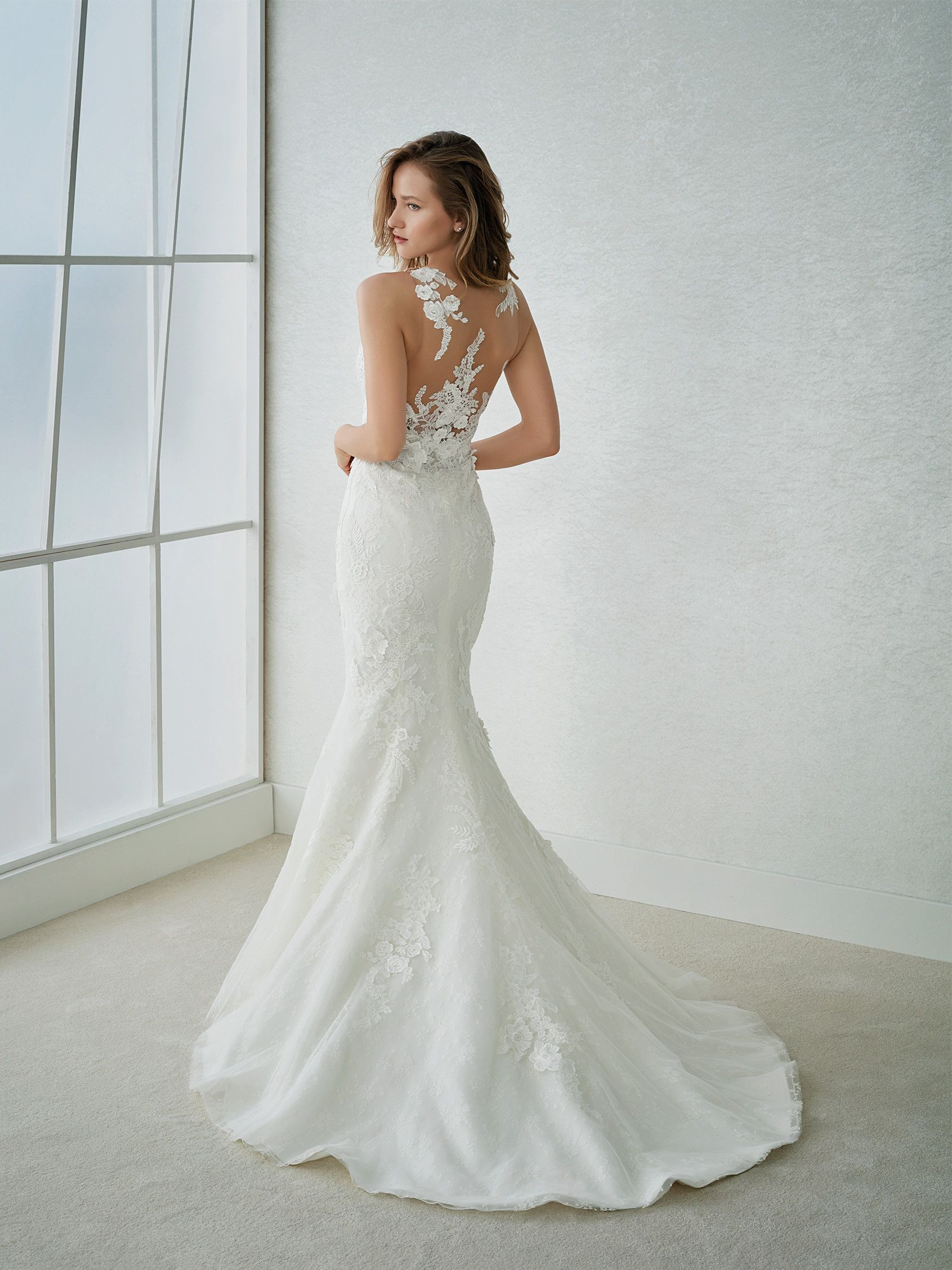 FARISA. Mermaid wedding dress with straps and V-neck | St. Patrick ...