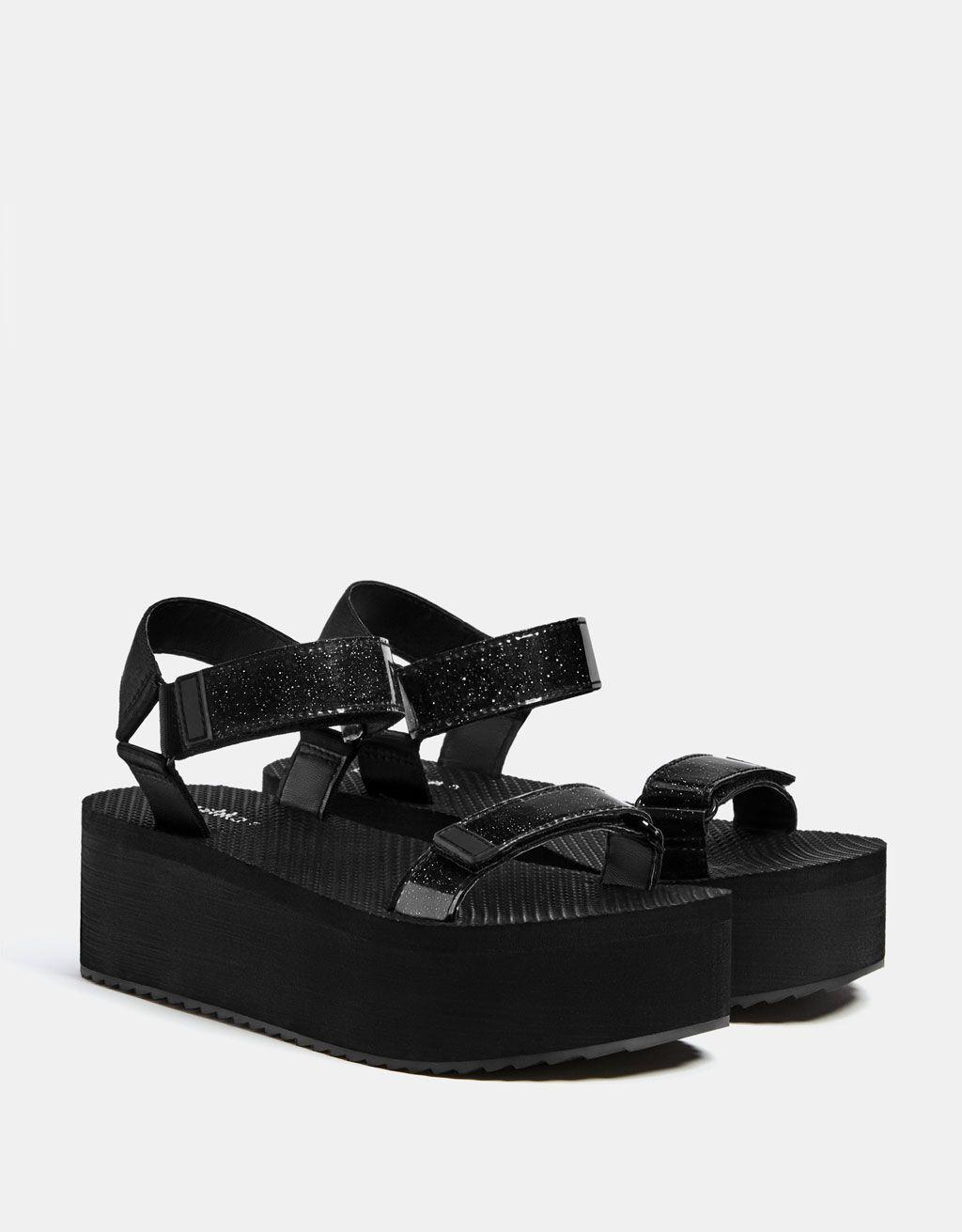 f661a52d3e Funkčné sandále na platforme. Objavte tieto a veľa ďalších položiek značky  Bershka s novými produktami každý týždeň