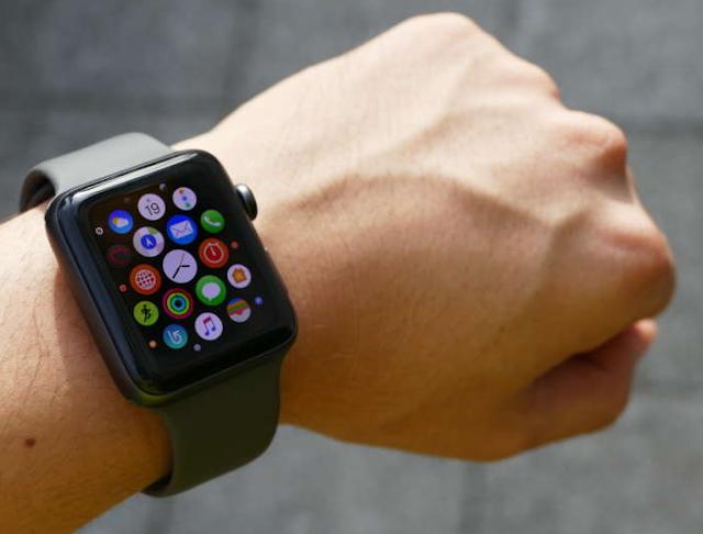 بشكل افتراضي ، تقوم ساعة Apple Watch تلقائيًا بتثبيت كل