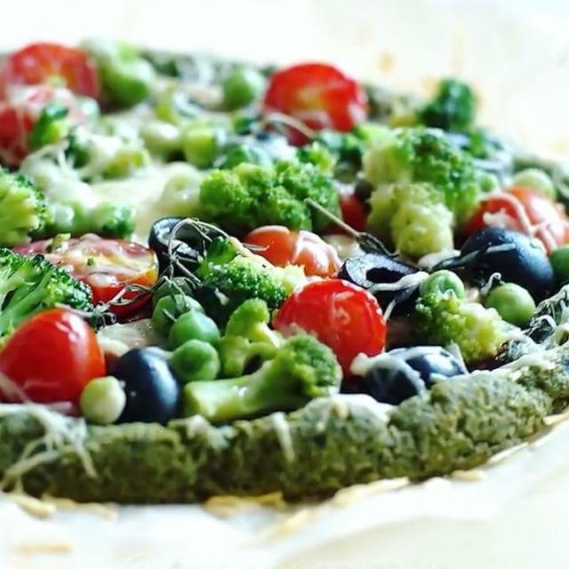 Вы уже ели мою зеленую полезную пиццу, которая совсем не вредит фигуре Нет?! Тогда срочно на кухню, готовить её ооочень просто, а вкусная нереально... хрустящая корочка и нежная начинка... Ммммм... А аромат какой Мы так всей семьёй на раз расхватываем, не то, что детям, мужу нравится✌️ Сохраняйте рецепт, нажав два раза на картинку❤️ он останется у вас в параметрах⚙ Она и вегетарианцам подойдёт;)  Для теста: смешиваем блендером 100гр творога в пачке и 50гр шпината (можно прям з...