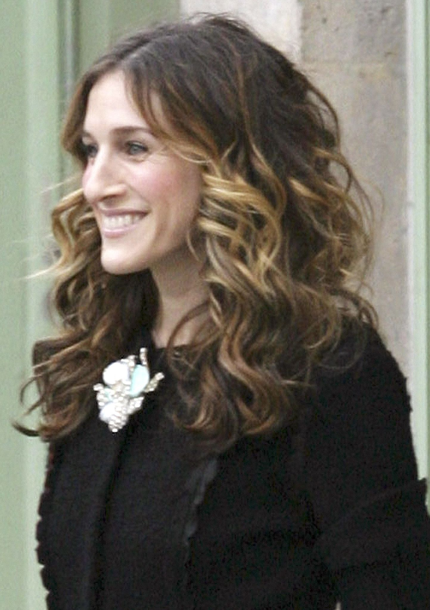 Here In The Series Finale A Head Full Of Curls And A Neutral Makeup The Many Styles Of Carrie Bradshaw S Iconic Mane Carrie Bradshaw Hair Hair Looks Hair Beauty