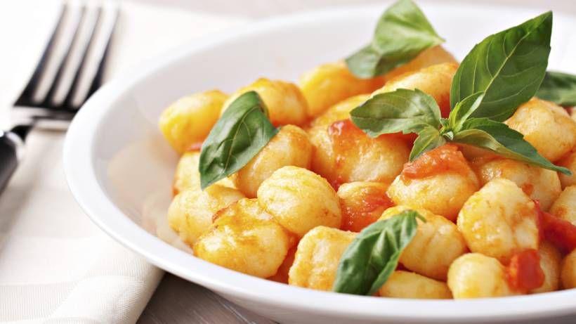 Klein, oval, lecker: Frische Gnocchi schmecken einfach wunderbar. Sie selber zu machen ist übrigens gar nicht so schwer.