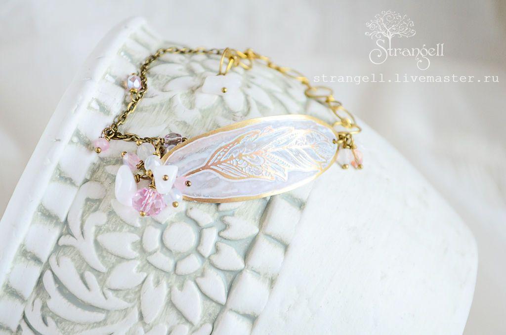 Купить Бохо браслет, белый, латунь, розовый кварц, горный хрусталь, кристаллы - бледно-розовый