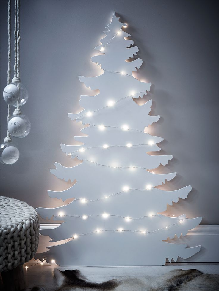 Houten Kerstboom Wit Met Lampjes Voor Een Strak Interieur Voor De