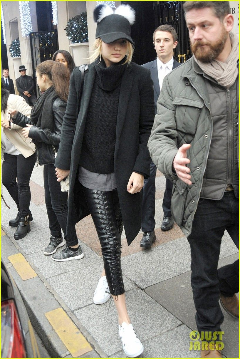 Gigi Hadid Once Helped A Homeless College Drop Out Land A Modeling Contract Gigi Hadid Joh Black Cap Outfit Cap Outfits For Women Baseball Caps Women Outfits