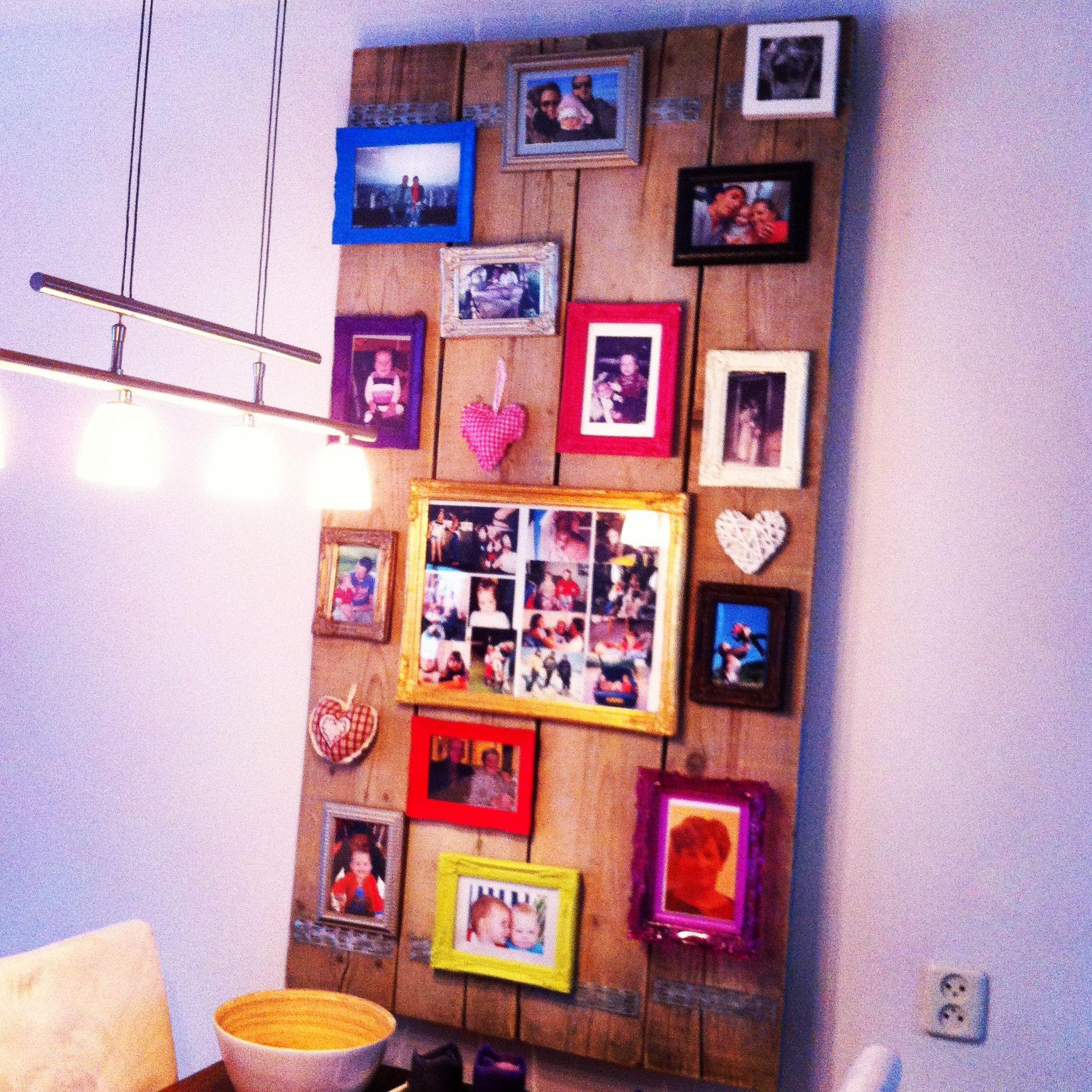 Steigerhouten planken aan de muur, met fotolijstjes ...