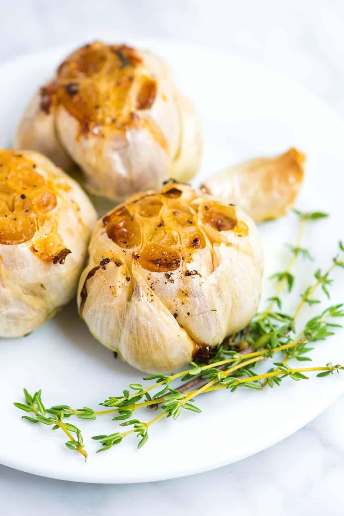 How to Easily Roast Garlic in the Oven | Receita em 2020 | Receitas, Alho assado e Assados