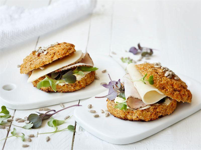 Nopea porkkanasämpylä on oivallinen aamupala, sillä siinä on runsaasti proteiinia ja makua. Täytä sämpylät juustolla, kalkkunaleikkeleellä ja kasviksilla, jolloin saat niistä monipuolisen aamupalan.