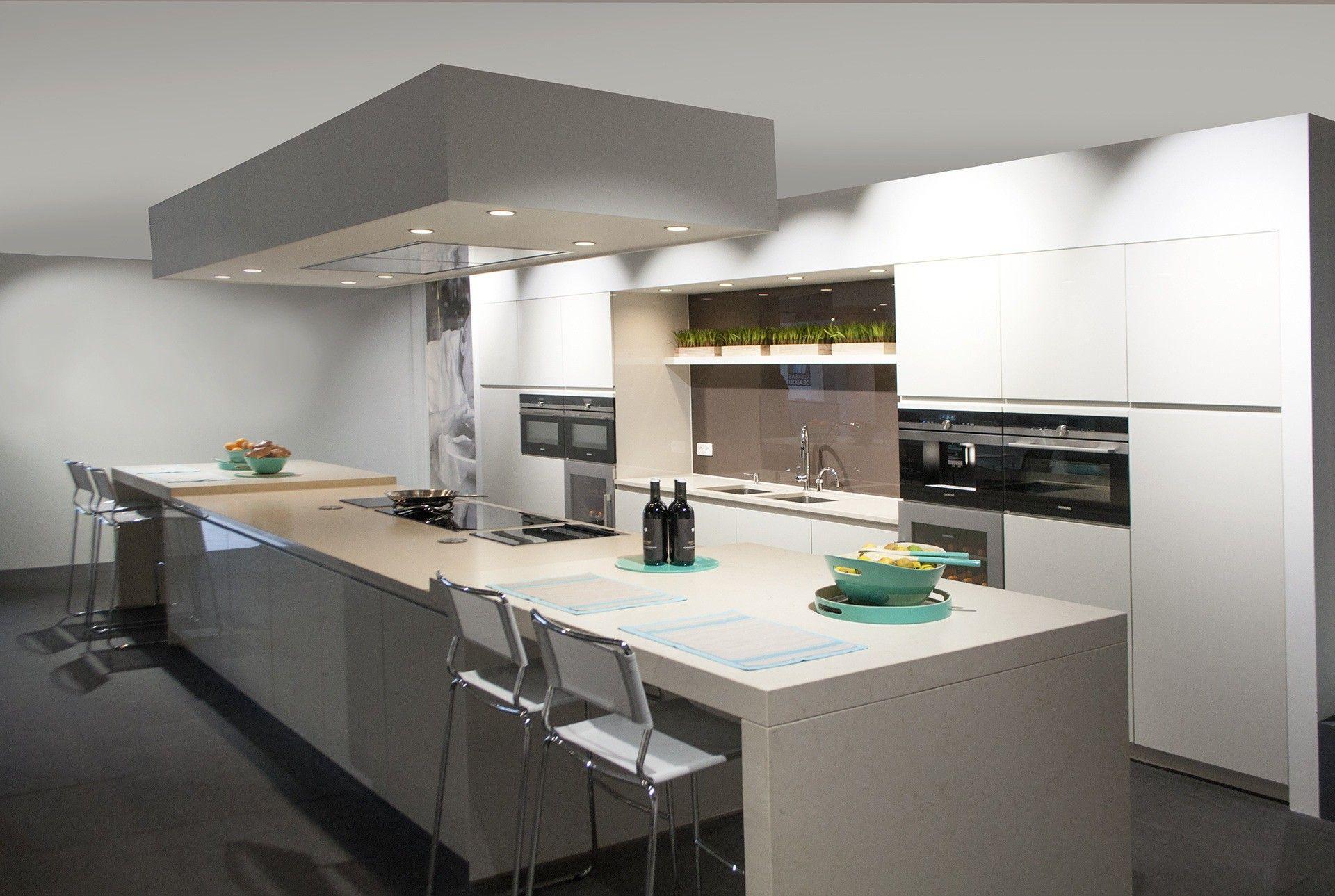 Ruime hoogglans keuken met eethoek. deze zeer grote keuken heeft