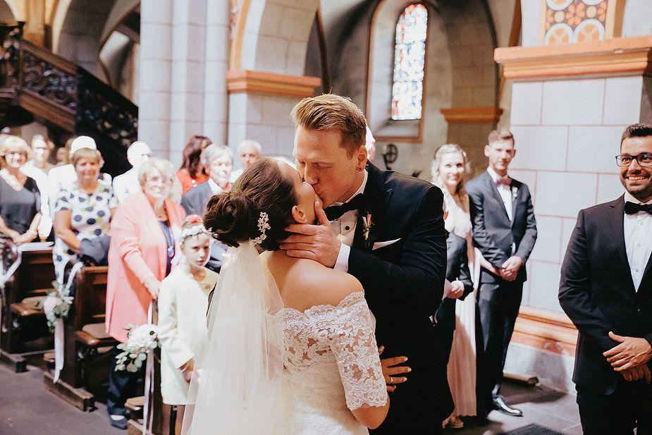Eine Superhelden Mottohochzeit Mit Kirchlicher Trauung Hochzeitskleid Spitze Kleid Hochzeit Kirchliche Hochzeit