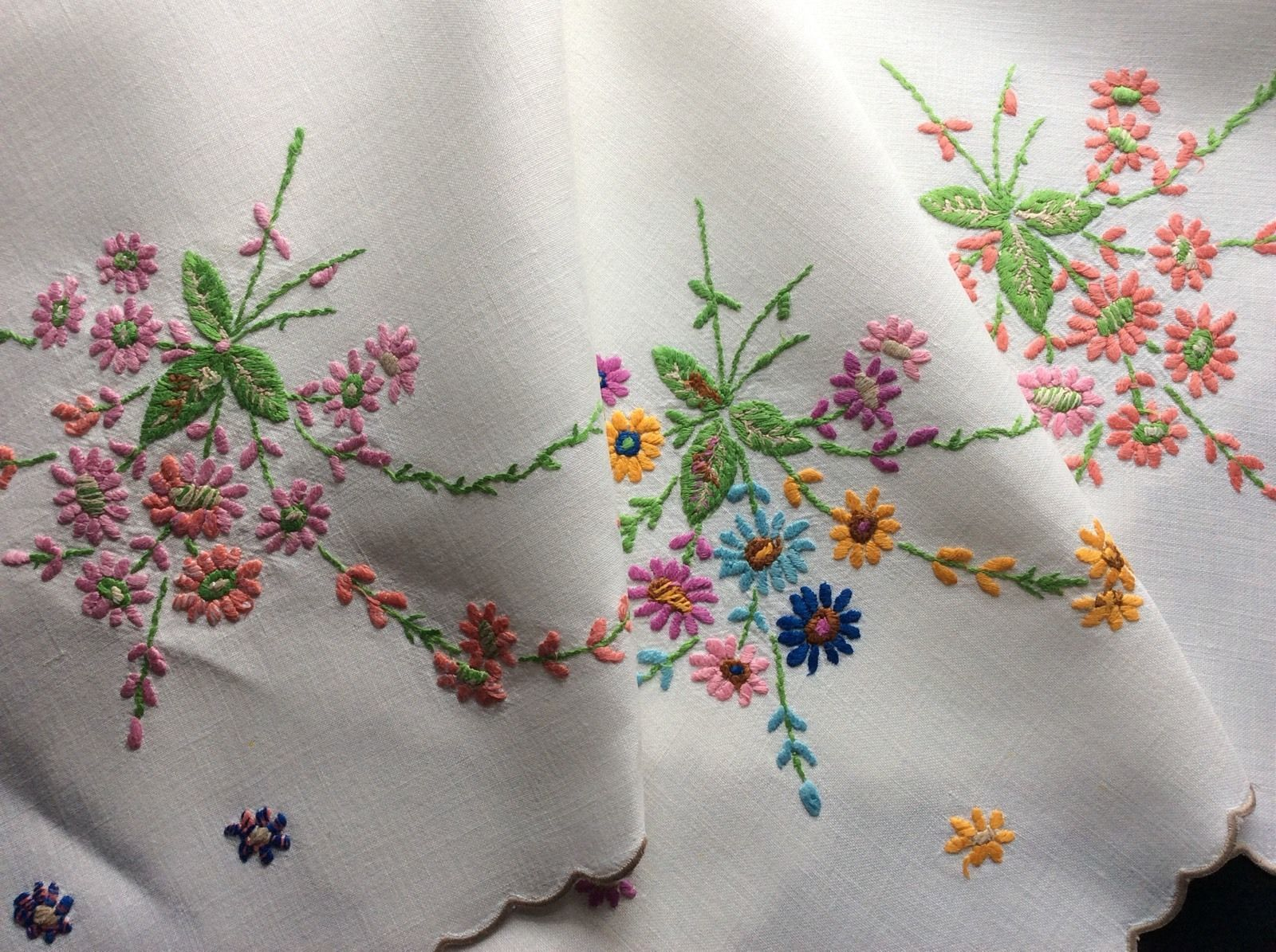 BEAUTIFUL VINTAGE LINEN HAND EMBROIDERED TABLECLOTH ~ LOVELY RAISED FLORALS | eBay