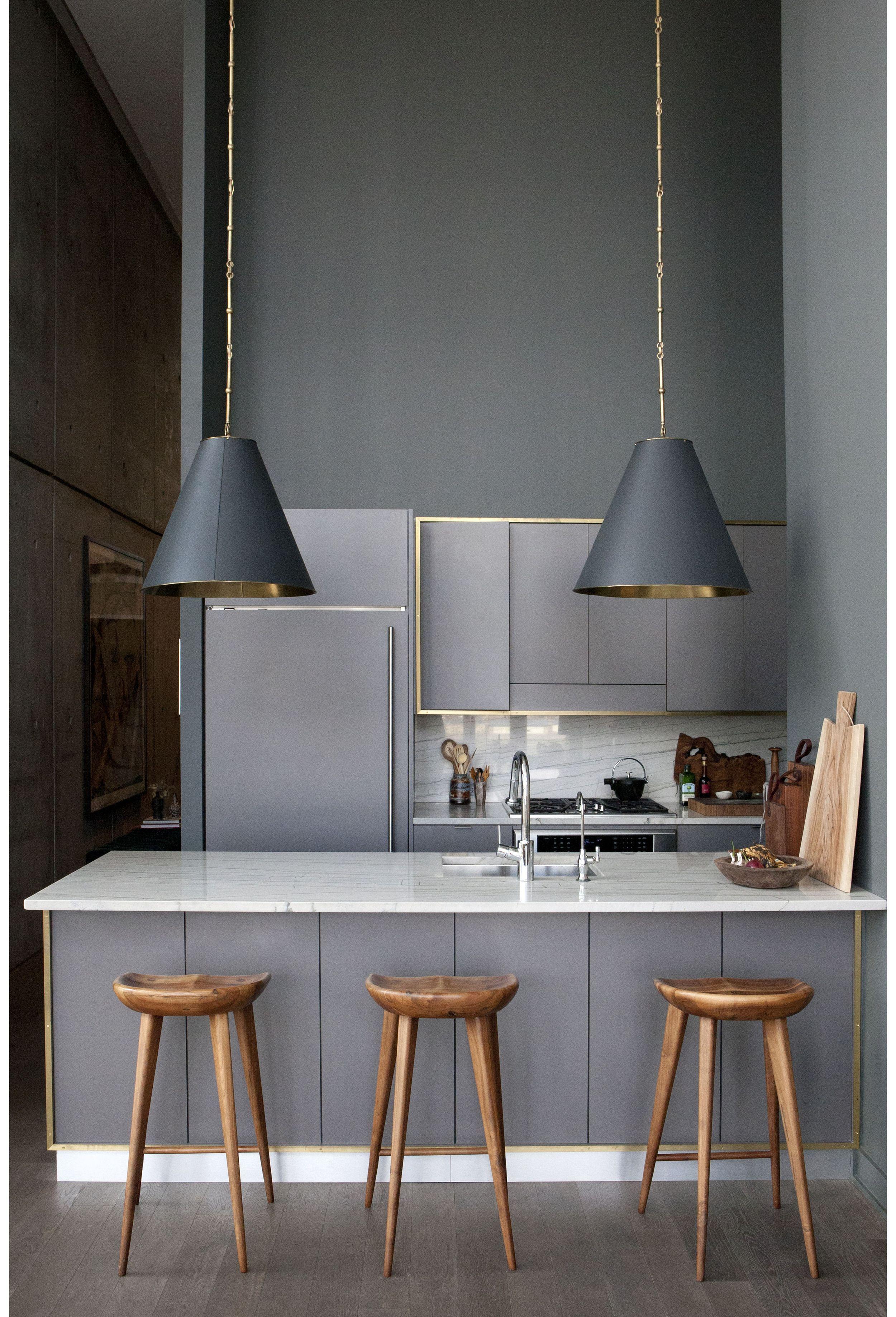 graue k che mit holzhockern wandfarbe minimalismus k che leuchtendgrau kitchens. Black Bedroom Furniture Sets. Home Design Ideas
