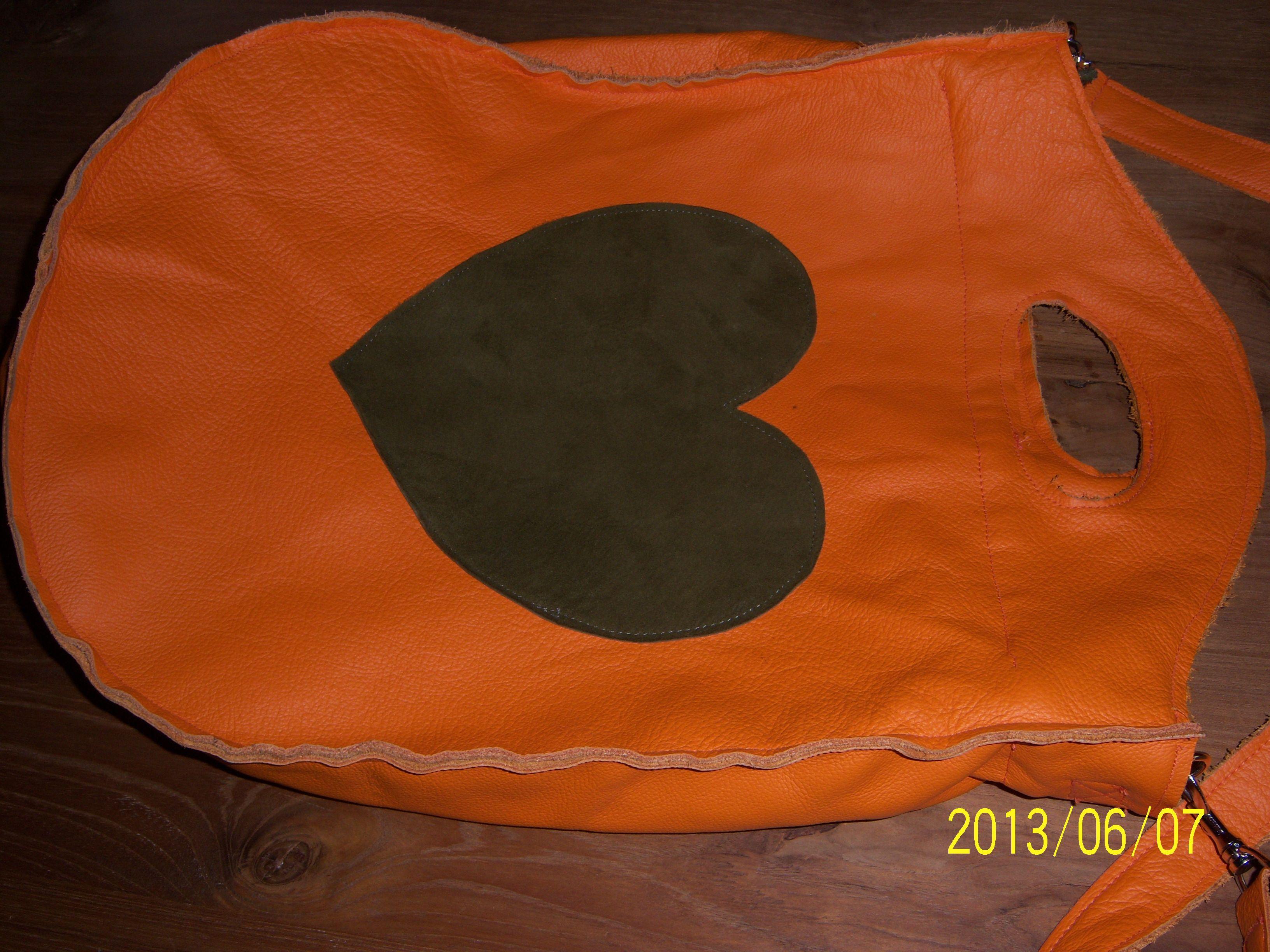 oranje leren tas, met groen hart