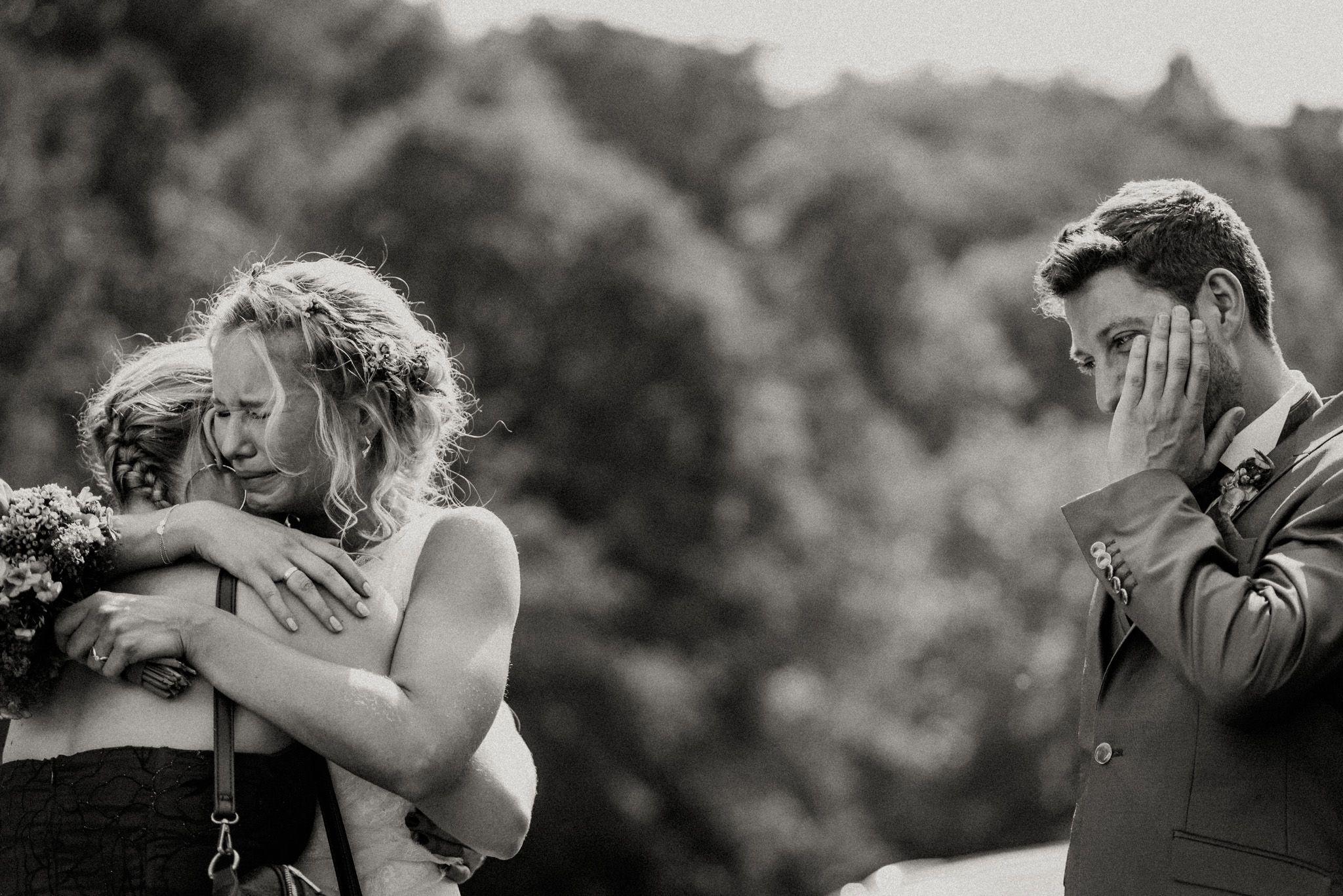 Emotionaler Moment nach der herzergreifenden freien Trauung bei der Sommer Zelt Hochzeit von Janine